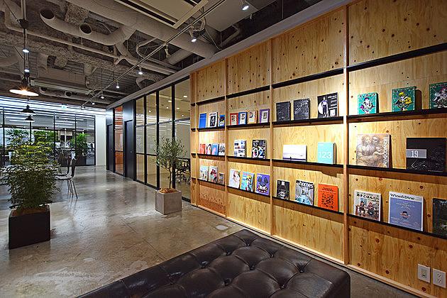 クールでカッコイイ「スタークス」のオフィス。この本棚には秘密がありました!