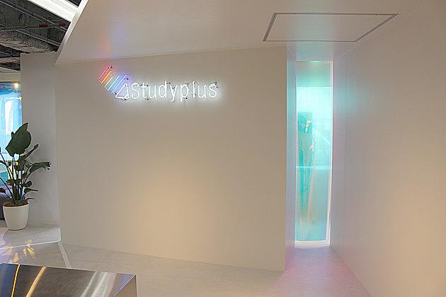 ホログラムが印象的な「スタディプラス」の新オフィスは居心地◎で大好評