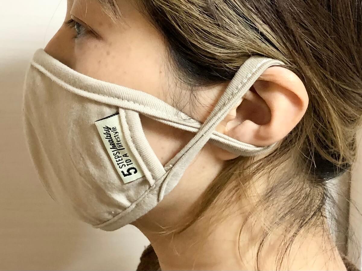 このマスクは女性には少し大きめです。私は紐のところをねじって使っています