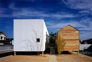 緑を挟む2棟でひとつの平屋住宅