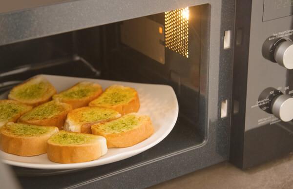 フランスパンを電子レンジで温めている画像