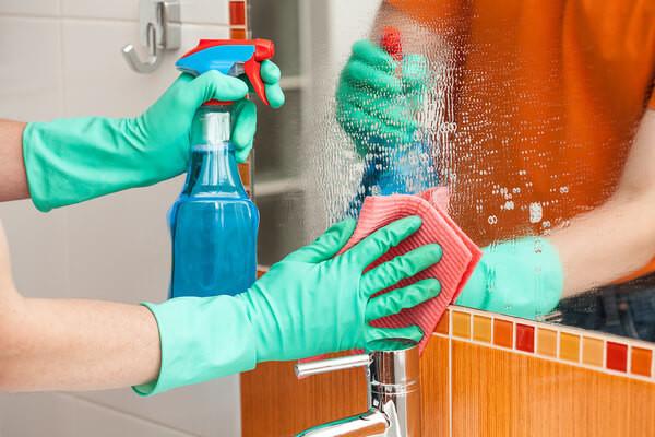 スプレーで泡をつけて洗う鏡