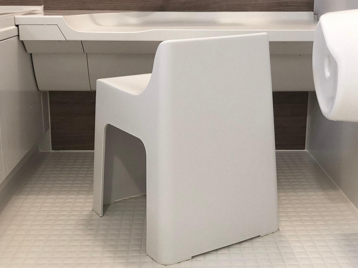 3802c00ec0 どんなバスルームにも合うお洒落なデザインです。また座面の高さが31cmなので座りやすく立ちやすいサイズになっています。