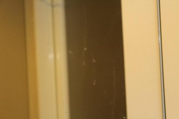 汚れた洗面所の鏡