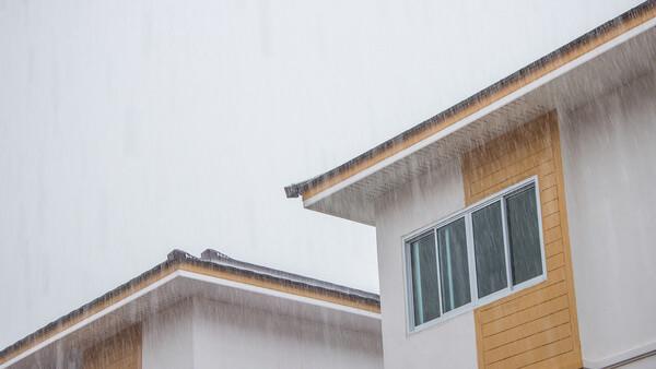 家の屋根と雨の画像