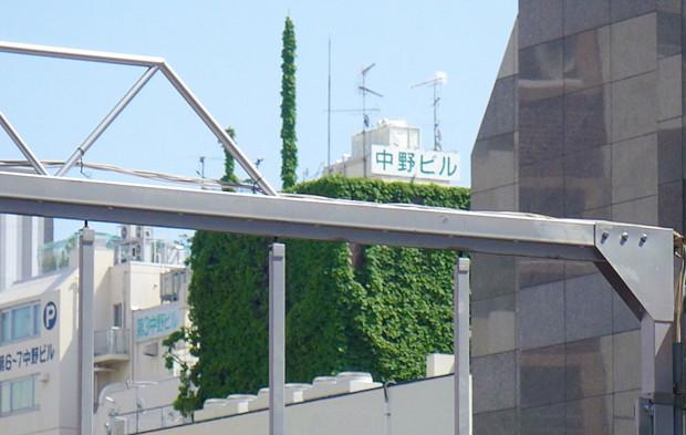 ビルの屋上に緑の一角獣