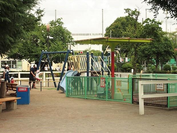 小さい子向けに、三輪車広場や遊具も